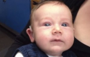 Vidéo. Âgé de 7 semaines, Lachlan né sourd, entend pour la première fois.